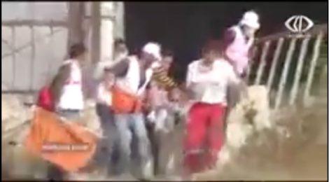 Hulpverleners PMRS evacueren demonstrant in Gaza