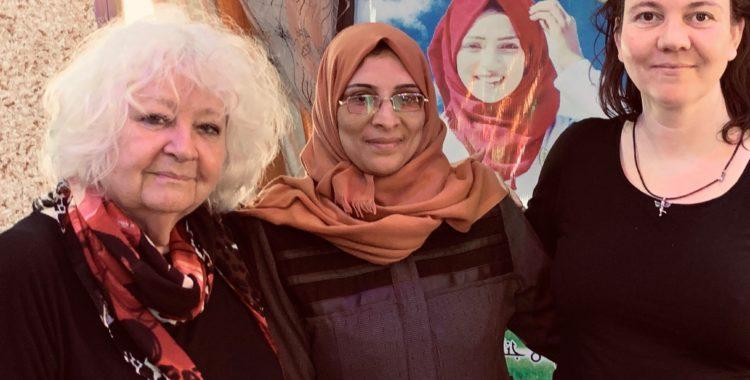 Anja, Brechtje en Sabrien Najjar bij het portret van haar omgekomen dochter Razan
