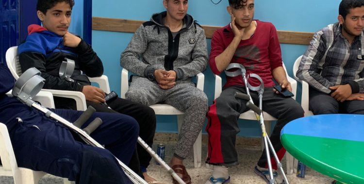 Jongens op krukken in Gaza